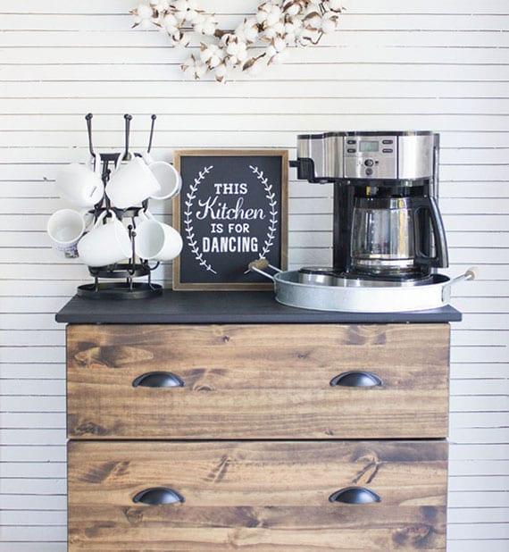 DIY kaffeebar im vintage-stil aus alter holzkommode mit schubladen