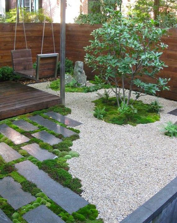 attraktive idee für kleinen japanischne garten mit holzsichtschutzwand, holzveranda mit diy schaukel und kiesgarten mit findling, trittsteinen, moos und feige