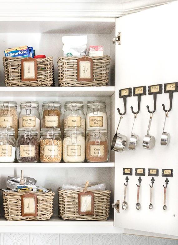coole küchenorganisation in dem Schrank mit Trockenprodukten
