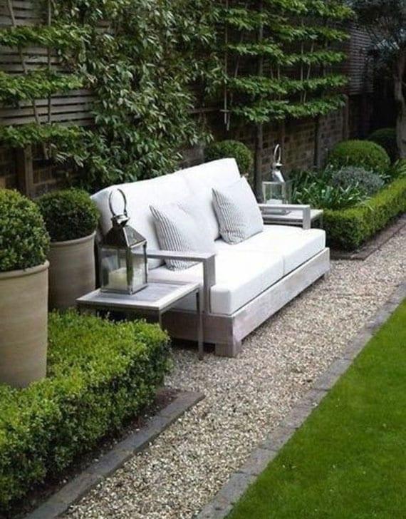 coole gestaltungsideen für gemütliche und romantische sitzecke im garten mit Sofa, beisteltischen und Laternen