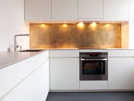 stilvolle idee für praktische verkleidung der küchenrückwand mit Messing in einer weißen eckküche