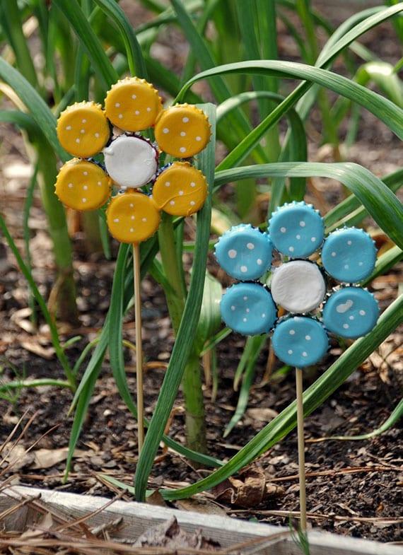 dekorative Blumen aus Kronkorken selber machen als lustige und bunte deko für garten