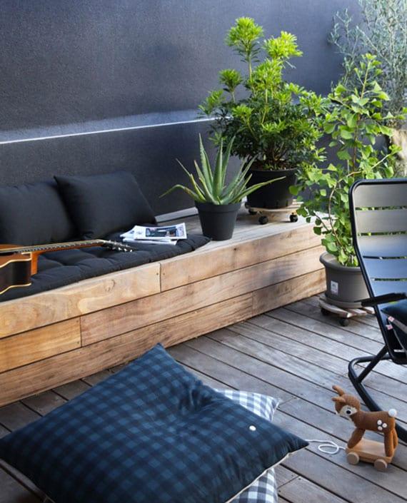 moderne terrassengestaltung mit holzboden, wandfarbe schwarz, diy gartenbank aus holz mit indirekter beleuchtung