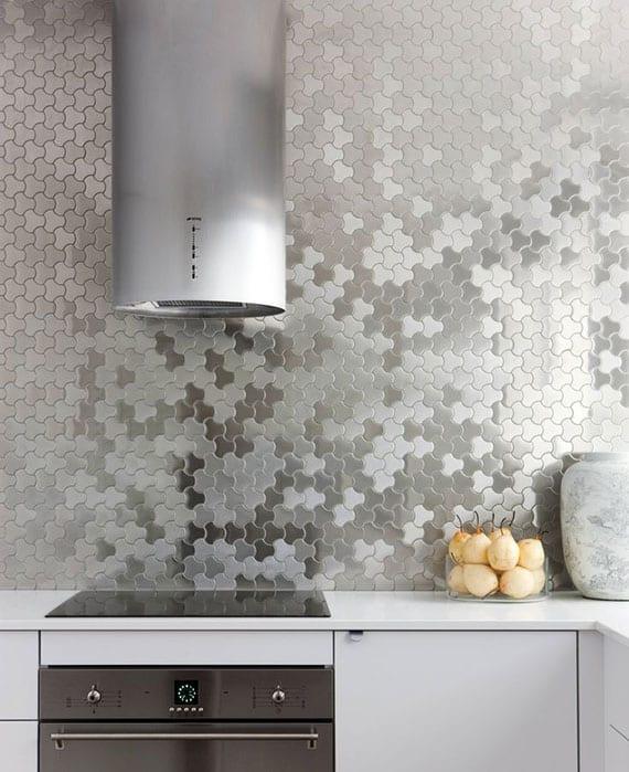 coole ideen für moderne küchengestaltung und verkleidung der küchenrückwand mit edelstahl-mosaik, küchenschränken in weiß mit schwarzen einbaugeräten und  dunstabzug rund