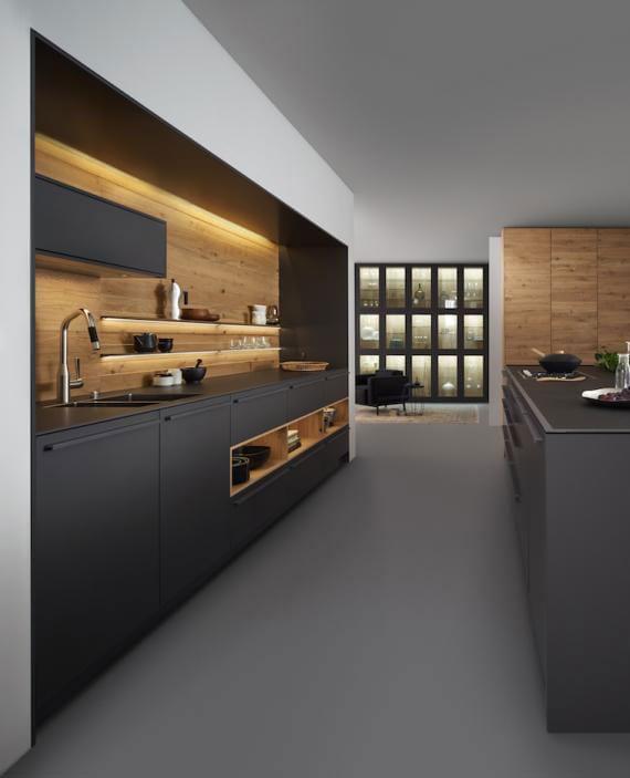 offene küche mit kochinsel minimalistisch gestalten in schwarz und holz