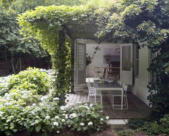 tolle ideen für romantische gartengestaltung mit holzterrasse und pergola für den essbereich im garten