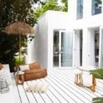 Mediterranean-Haus-mit-schlichtem-Interieur-in-Weiß_moderne-interpretation-des-wohnstil-aus-dem-Süden