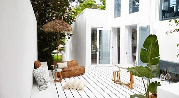 Attraktives Mediterranean Haus mit schlichtem Interieur in Weiß