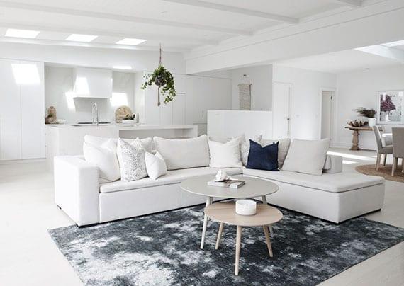 luxus wohnzimmer mit essbereich und offener küche in weiß mit oberlichtern