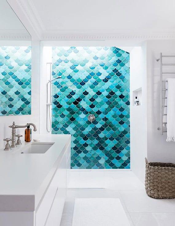 mediterranes bad design in weiß mit wandbild aus blauen Fischschuppen-Mosaikfliesen