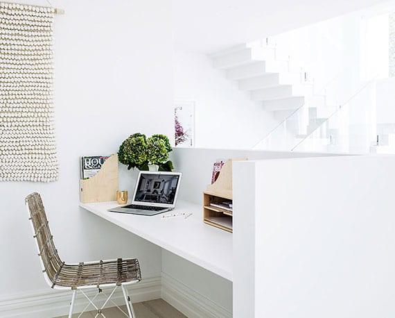 arbeitsplatz im wohnzimmer einrichten mittels einer tischplatte in niedriger wandnische
