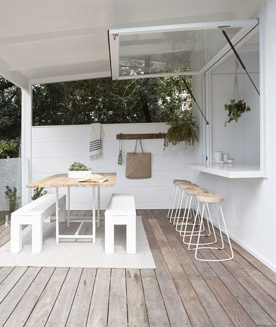überdachte holzterrasse mit essbereich und esstheke mit der küche verbinden mittels Klapp-Schwingfenster