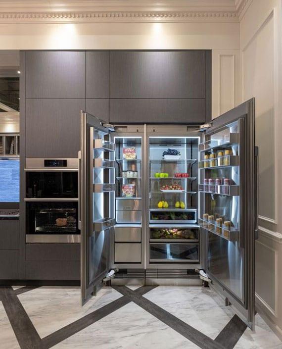 moderne kücheneinrichtung mit einbaigeräten wie ein Side-by-Side-Kühlschrank mit separater Frischezone für Obst und Gemüse