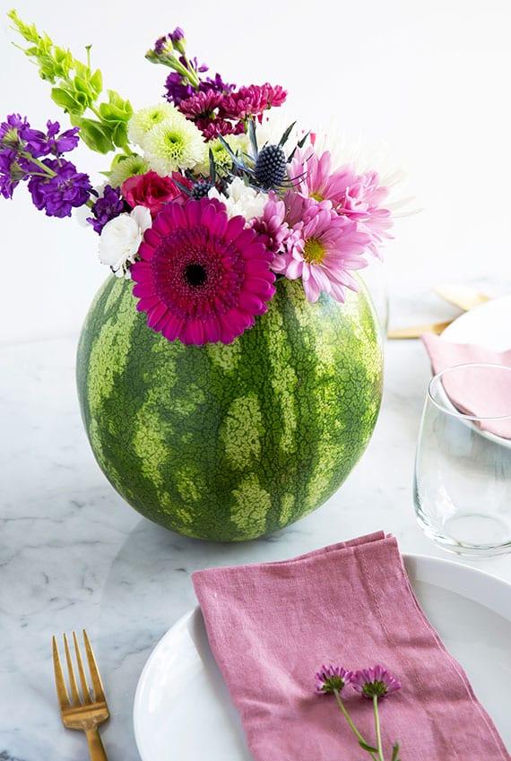 tisch im sommer originell dekorieren mit blumen in wassermelone