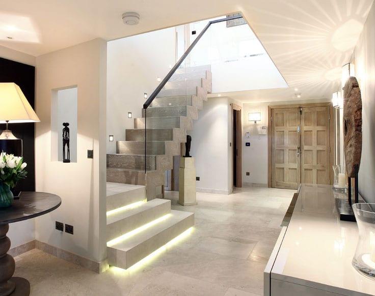 idee für effektvolle lichtgestaltung einer innentreppe mit wandeinbauleuchten und LED stufenbeleuchtung