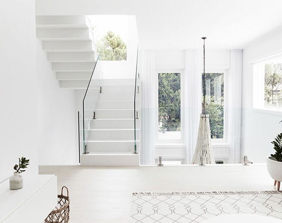 schöne idee für modernes haus interiuer in weiß mit empore und innentreppe mit glasgeländer