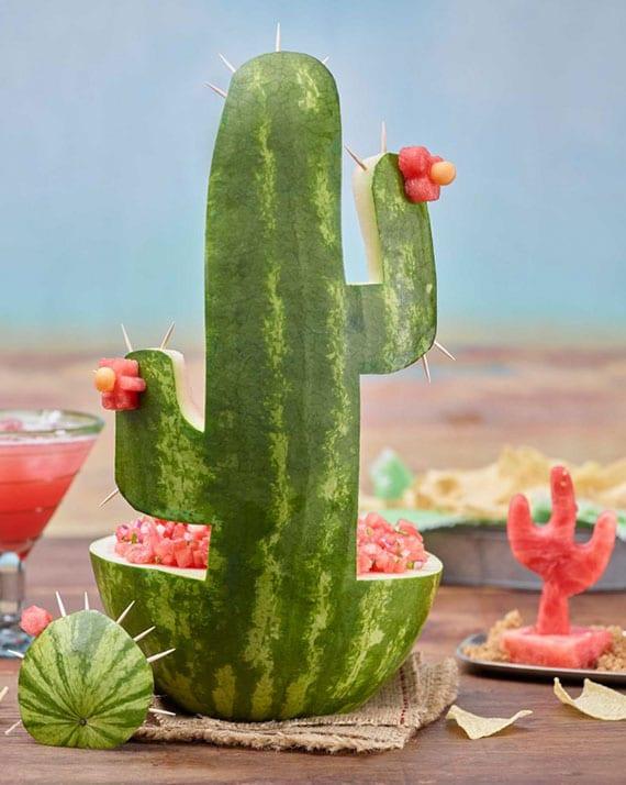 fruchtsalatschale in form von Kaktus aus wassermelone basteln