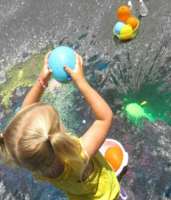 spielen mit farbigen wasserbomben als coole sommeraktivität für kinder