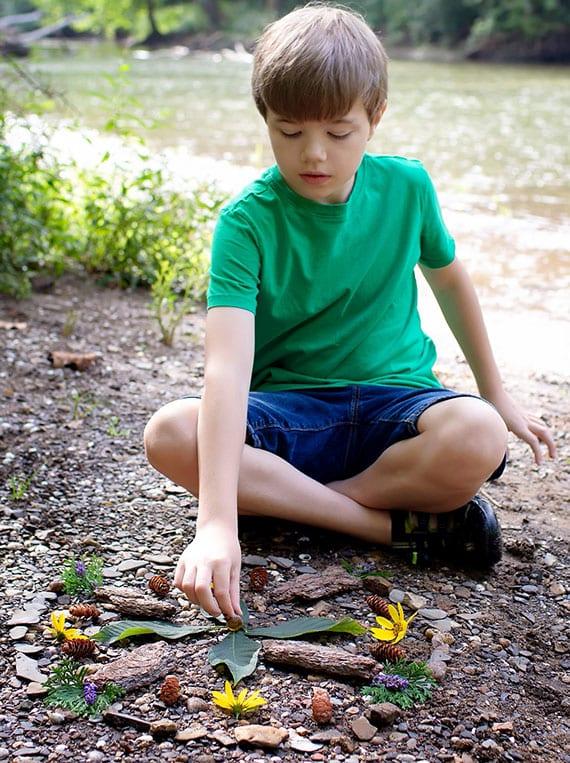 Kreativität der Kinder mit Naturspielen wie Wald-Mandala fördern