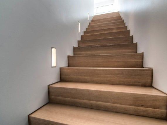 individuelle Lichtkonzepte mit einbauleuchten für eine moderne und wohnliche treppenbeleuchtung