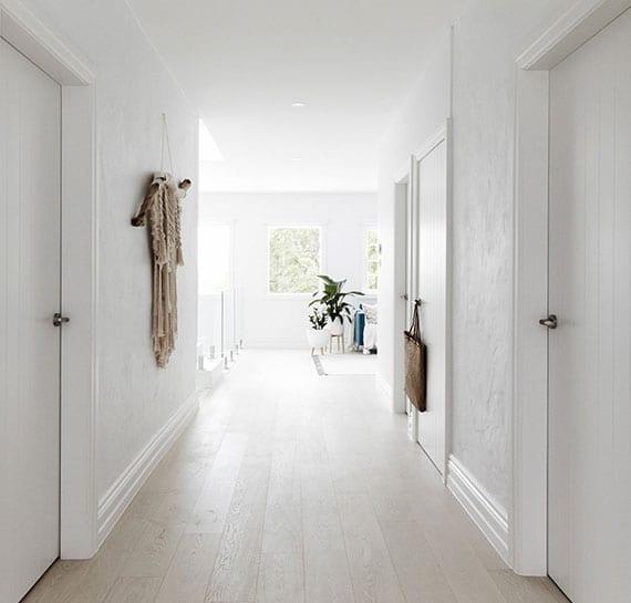 elegante gestaltungsidee für korridor mit offenem übergang zum wohnzimmer