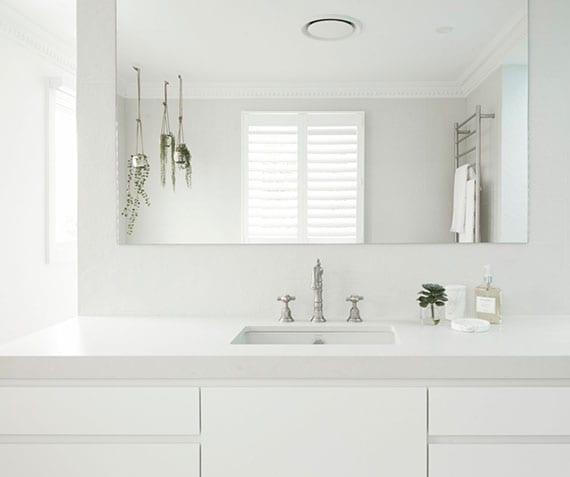 coole bad ideen für mediterrane badgestaltung in weiß mit betonwaschtisch, hängeblumen und retro-armaturen