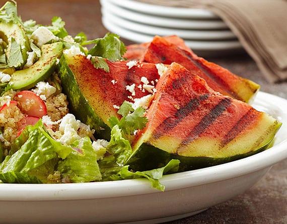 gegrilter salat mit römersalat, wassermelone, avocado, quinoa und rettich