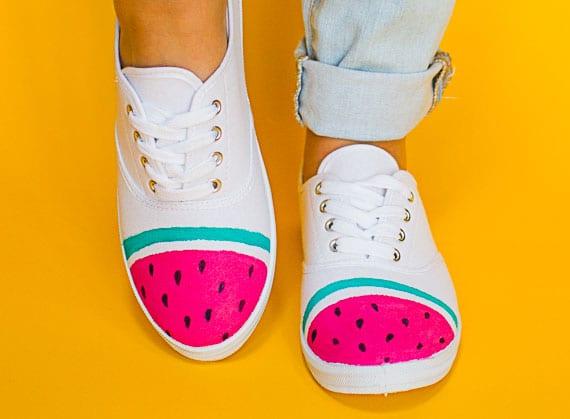 weiße stoffschuhe kreativ gestalten für den sommer mit einem wassermelonen muster