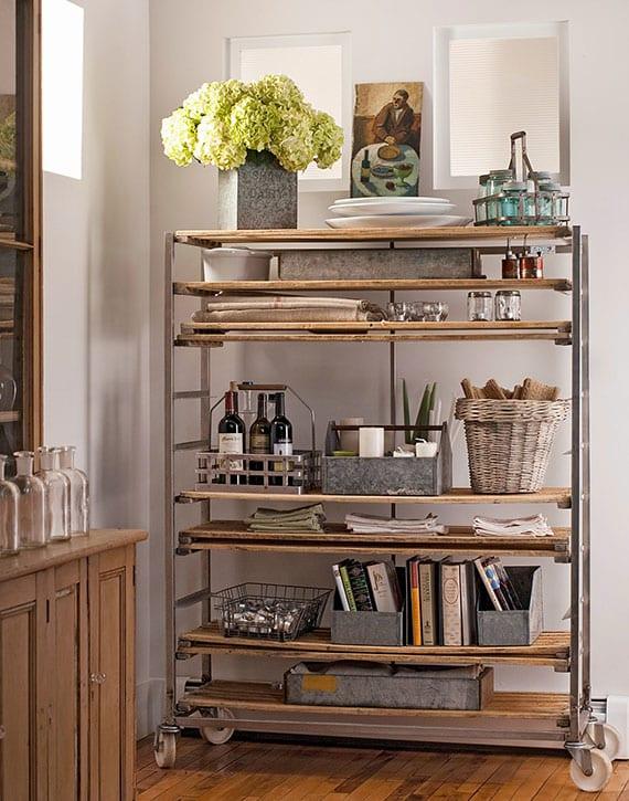 coole idee zur deko und aufbewahrung in der küche mit einem alten Regalwagen als mobiles freistehendes regalsystem
