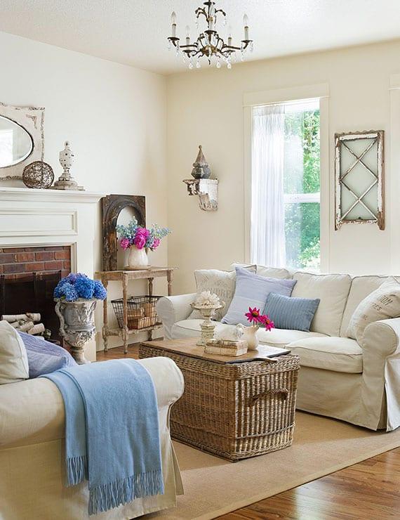 gemütliche shabby chic wohnzimmereinrichtung mit DIY weidenkorb-couchtisch und rustikaler deko mit gebrauchwaren aus dem flohmarkt