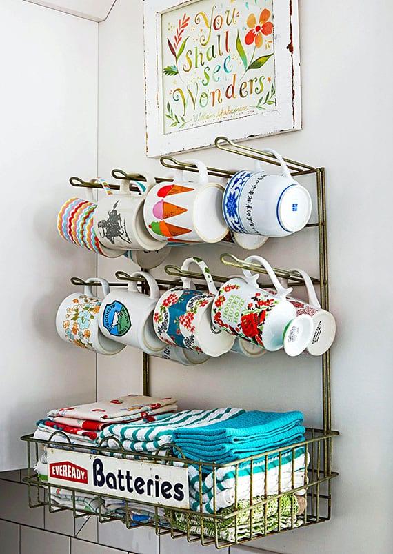 schöne aufbewahrungsidee für die küche mit diy regal für kaffeebecher und küchentücher aus altem gitterständer mit haken und ablage