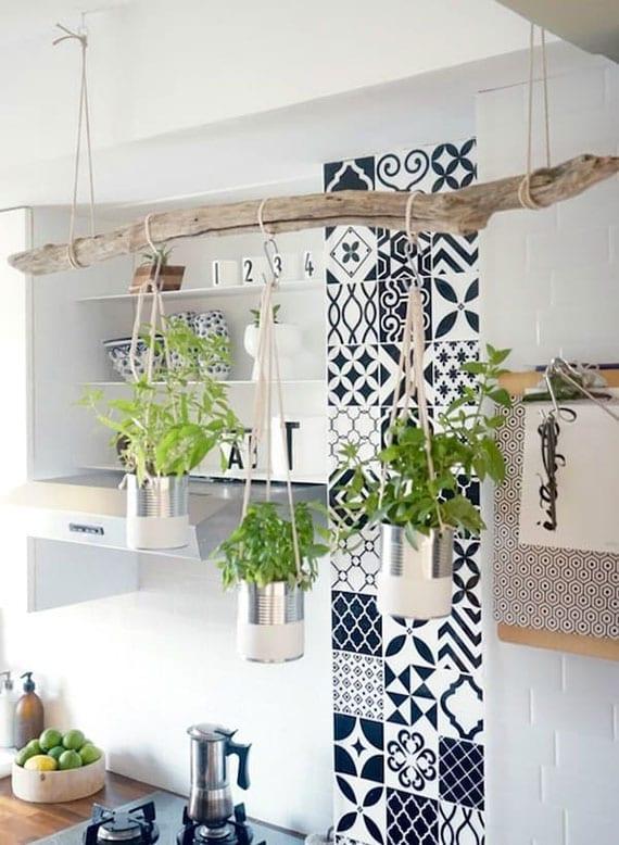 diy kräutergarten aus dosen und treibholz als cooles upcycling für rustikale küchen