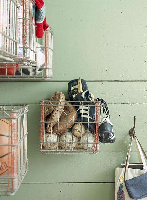 coole idee mit alten milchkisten zur aufbewahrung und ordnung von Winterzubehör oder Sport-Accessories