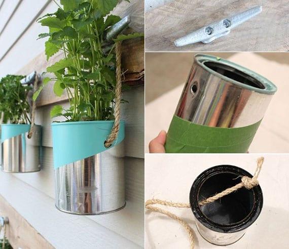coole terrassendeko idee für wand mit diy kräutergarten aus leeren dosen in silber und aquablau, holzbrett und klampen