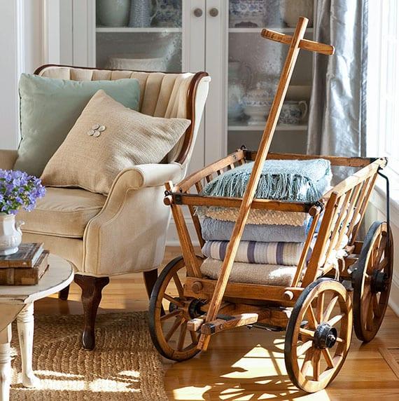 kreative einrichtungsidee und aufbewahrungslödung fürs wohnzimmer mit antikem Leiterwagen