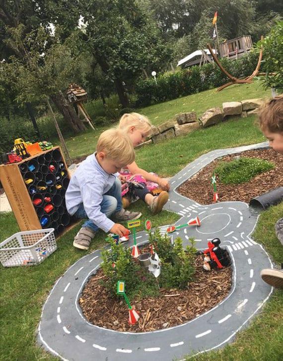 eine Rennstrecke aus zement im Garten selber bauen