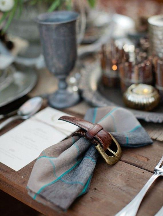 rustikale tischdeko idee mit selbstgemachten serviettenringen aus gürtel