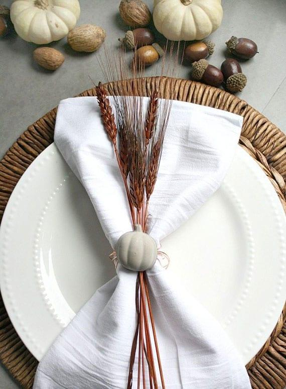 tolle serviettenringe mit kürbis aus beton selber basteln als moderne tischaccessoires für einen festlichen herbsttisch