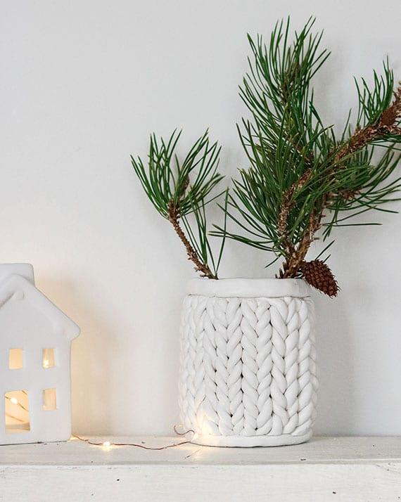 upcycling ideen aus dosen für stilvolle winterdeko mit frischen nadelzweigen in dosenvase mit flechtmuster