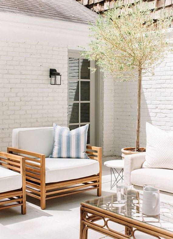 terrasse im garten effektvoll gestalten in weiß durch ziegelmauer und moderne gartenmöbel aus holz mit weißen polstern