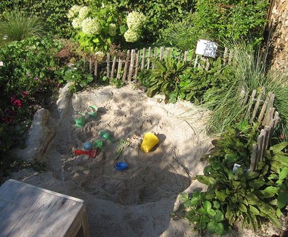 eine Sandgrube als fantasieanregende Spielecke für Kleinkinder selber bauen