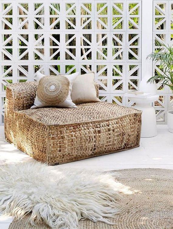 terrasse mit weißem holzboden und dekorativem sichtschutz wohnlich einrichten mit Möbel und Wohnaccessoires aus Naturfasern
