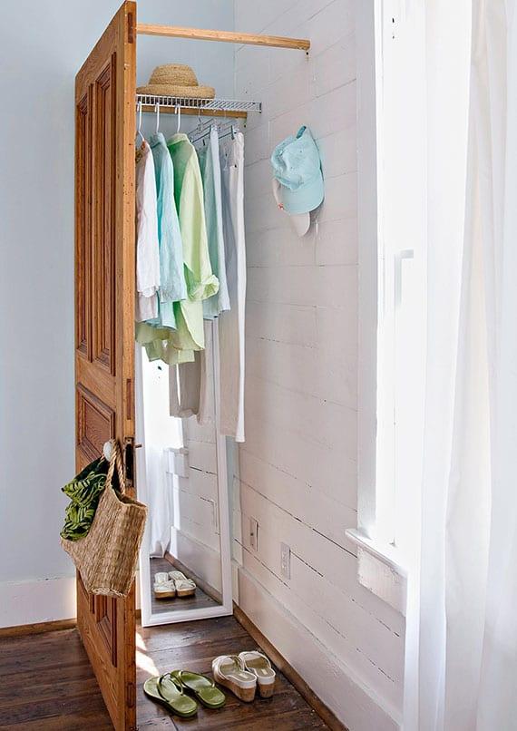 coole garderobenalternative aus holztür für mehr stauraum im flur oder schlafzimmer