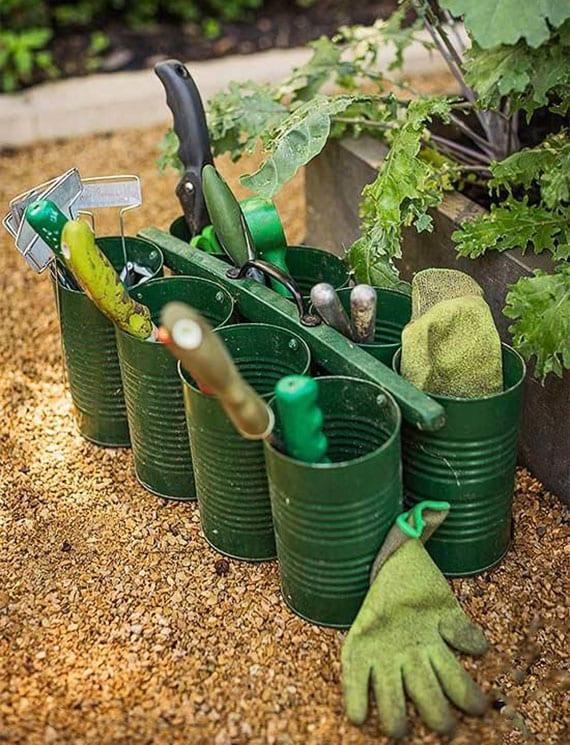 kleinen Werkzeugkorb für Gartenarbeiten selber machen mit sechs Fächern aus leeren Dosen