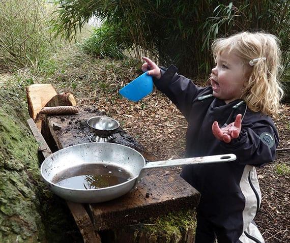 eine Matschküche oder Kinderküche aus Holz im Garten selber bauen