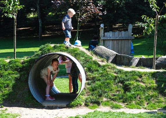 idee für coole und kinderfreundliche Gartengestaltung mit Spielhügel mit Tunnel