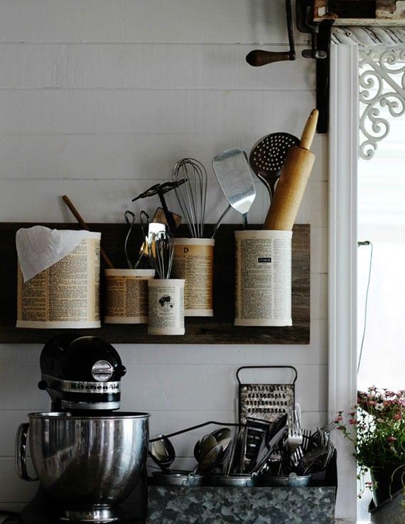 küche rustikal dekorieren und praktisch organisieren mit einem diy wandregal aus gebrauchten konservendosen