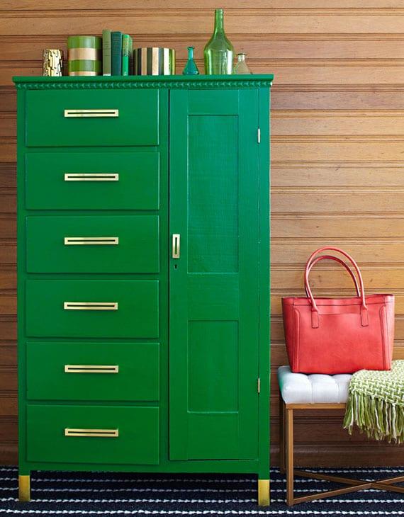 upcycling-idee für diy aufbewahrung im flur aus altem holzschrank mit schubladen in farbe grün