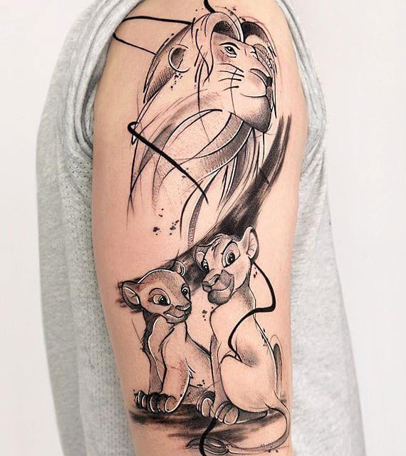 simba disney tattoo für oberarm