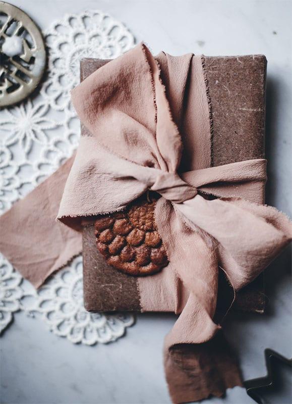 dekoideen aus der lebkuchenwelt für attraktive geschenkverpackung mit großer Schleife und essbarem Anhänger
